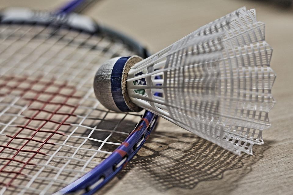 Quelles sont les principales différences entre le tennis et le badminton ?