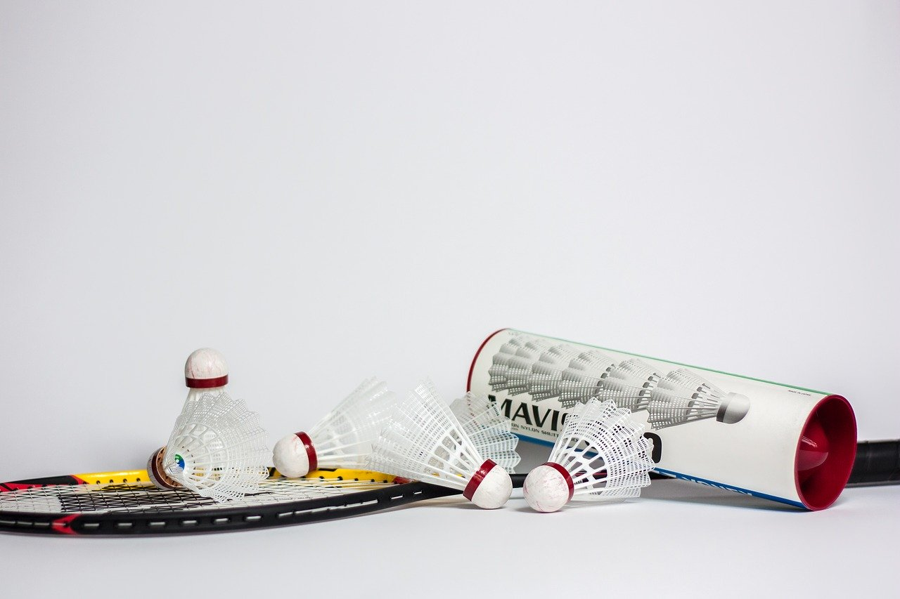 Quels sont les coups principaux au badminton ?